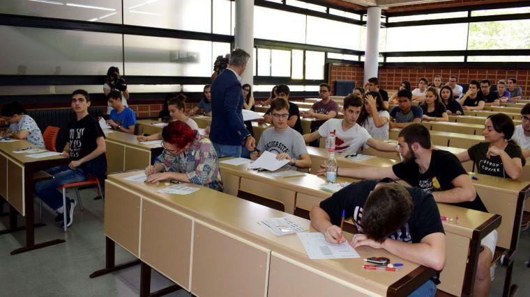 """La EvAU comienza con """"nervios"""" y """"sin incidencias"""" en la Universidad de Castilla-La Mancha"""
