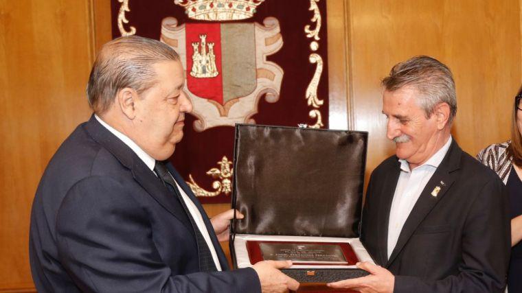 Jesús Fernández Vaquero hace entrega de la Placa de Honor de las Cortes de Castilla-La Mancha al extesorero de la cámara, Ángel Fernández