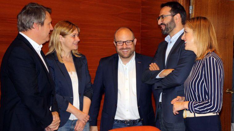 Imágenes del encuentro entre representantes del PSOE y de Ciudadanos, tras alcanzar el acuerdo para la gobernabilidad de los municipios.