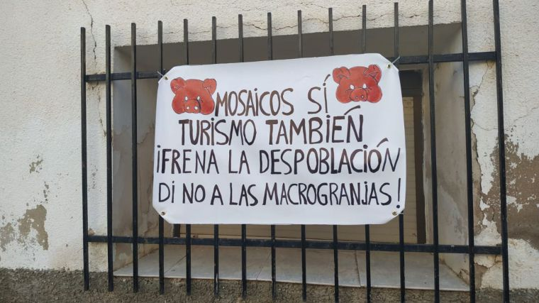Los pueblos de la Villa Romana de Noheda se llenan de pancartas para frenar la macrogranja proyectada