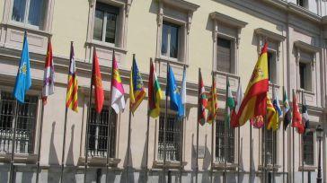 Banderas de las comunidades autónomas de España frente al Senado.