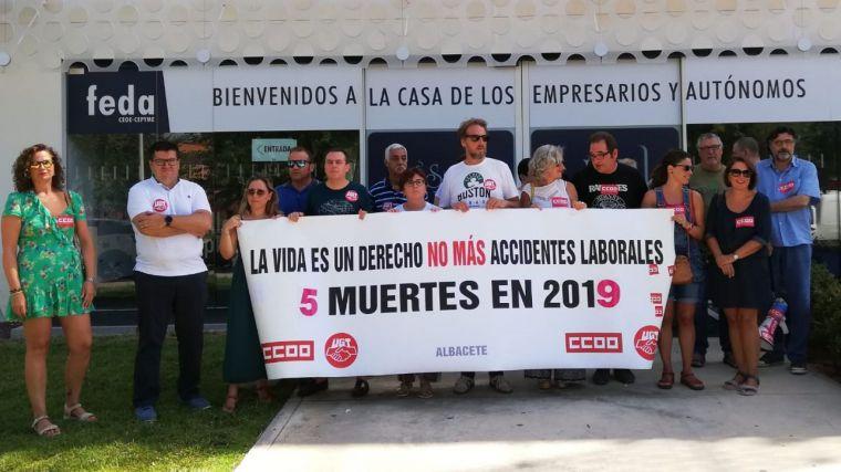 CCOO y UGT se concentran ante la FEDA para denunciar el accidente laboral que costó la vida anteayer a un trabajador de Albacete