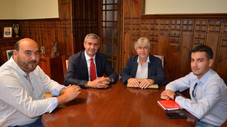 Álvaro Gutiérrez repasa con el alcalde de La Puebla de Montalbán la colaboración en proyectos municipales