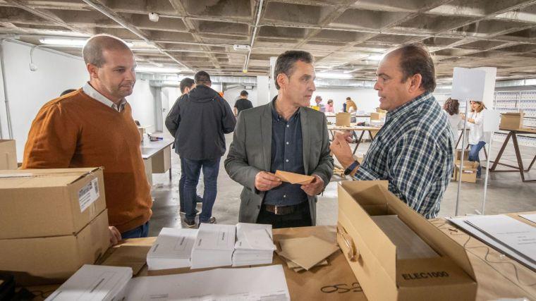 El delegado del Gobierno en Castilla-La Mancha visita en Toledo el centro donde se prepara el dispositivo electoral