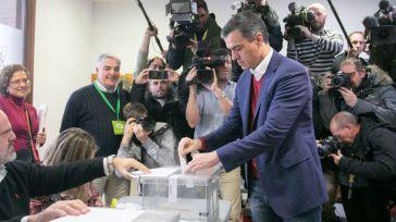Pedro Sánchez ejerciendo su derecho al voto.