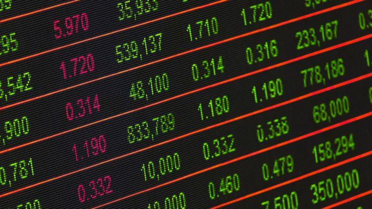 El anuncio del pacto de gobierno genera cambios en los mercados y los inversores repliegan sus posiciones en los sectores más expuestos a una subida fiscal
