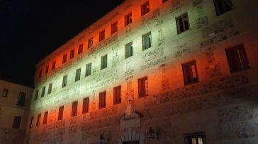 La fachada de las Cortes regionales se ilumina con los colores de la bandera española