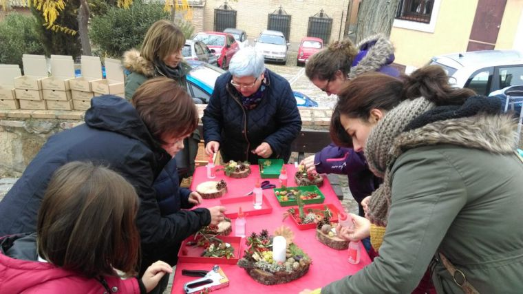 """El Vivero Educativo Taxus participa con un taller de """"portavelas navideño"""" en el Mercado de Flores de Toledo"""