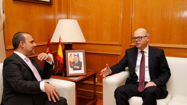 El presidente de las Cortes regionales recibe al embajador turco en España