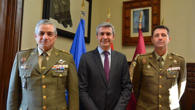 Álvaro Gutiérrez y el coronel Javier Gallegos estudian la colaboración en acciones de cultura de Defensa