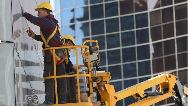 El Covid-19 golpea con fuerza al empleo en los sectores de la construcción y los servicios y deja 12.271 parados más en CLM en marzo