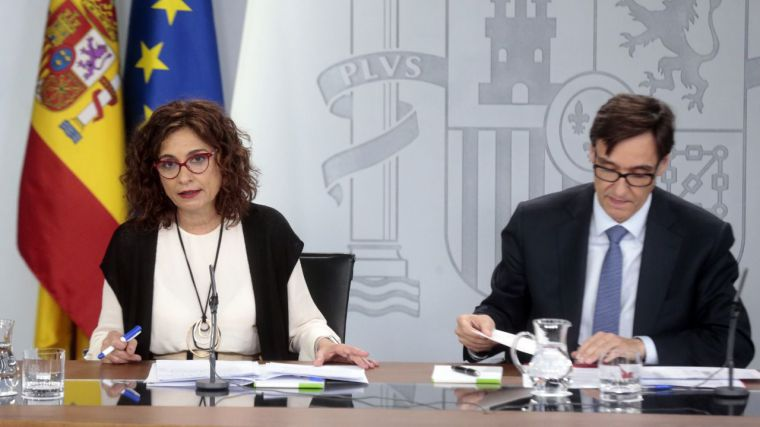 La ministra de Hacienda y portavoz del Gobierno, María Jesús Montero, y el ministro de Sanidad, Salvador Illa, durante una rueda de prensa.