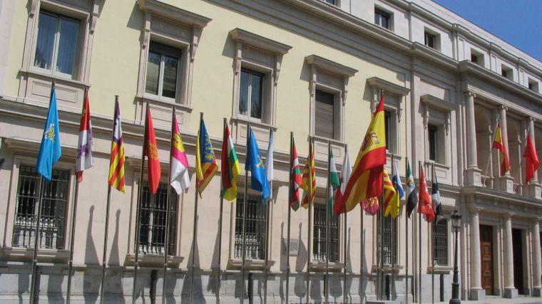 Banderas de las comunidades autónomas de España frente al Senado, Madrid.