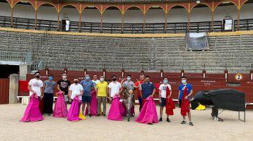 Fernando Muñoz acompaña al alumnado de la Escuela Taurina en sus primeras clases en la Plaza de Toros de Toledo