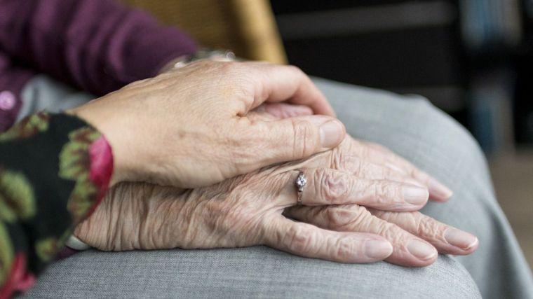 El gobierno de Castilla-la Mancha refuerza la contratación de plazas y material sociosanitario en residencias de mayores