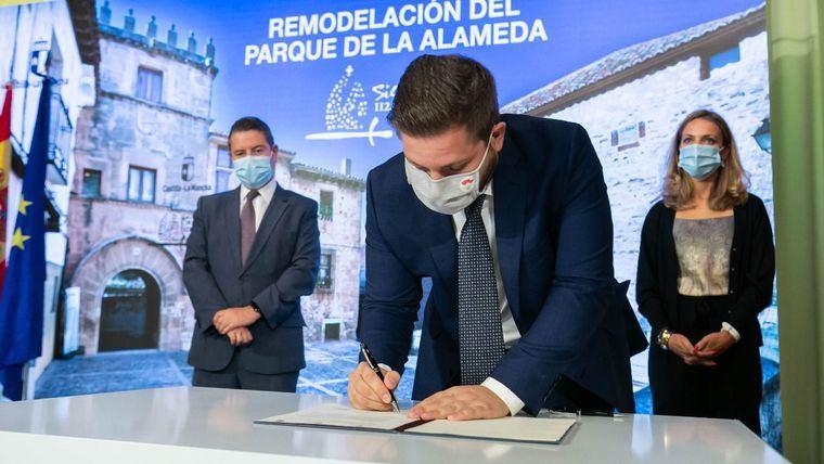 La Junta firma un protocolo con el Ayuntamiento de Sigüenza para la remodelación del Parque de la Alameda