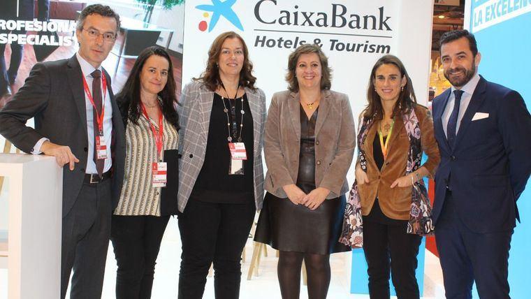 La consejera de Economía en un encuentro en FITUR con la directora Territorial en CLM de CaixaBank.