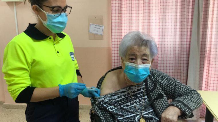 Los residentes y trabajadores de la Residencia Social Asistida San José reciben hoy la vacuna contra el Covid-19