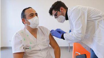 20.000 profesionales sanitarios de la región estarán vacunados a final de esta semana