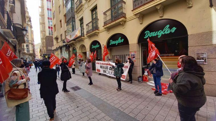 Protestas en la región por el cierre de seis perfumerías Douglas que dejarían en la calle a 35 trabajadoras