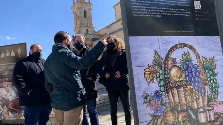 """El presidente de las Cortes regionales resalta """"la fusión entre tradición y vanguardia"""" que propone la muestra 'Paseo de los artesanos"""""""