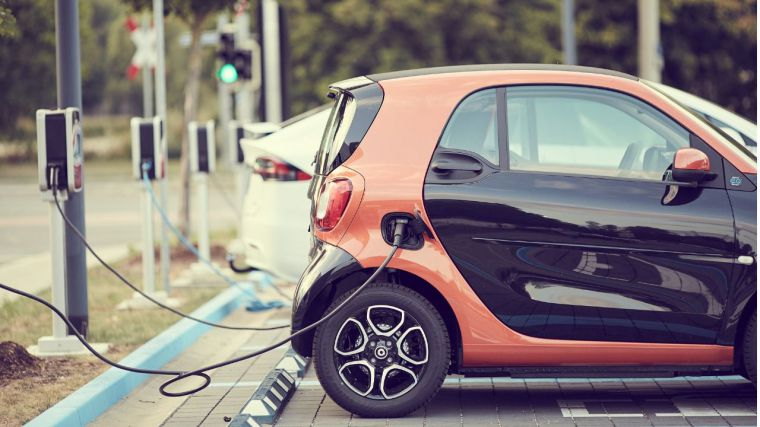Los concesionarios acumulan casi 27.000 coches eléctricos o híbridos usados 'Cero' en stock por las matriculaciones tácticas