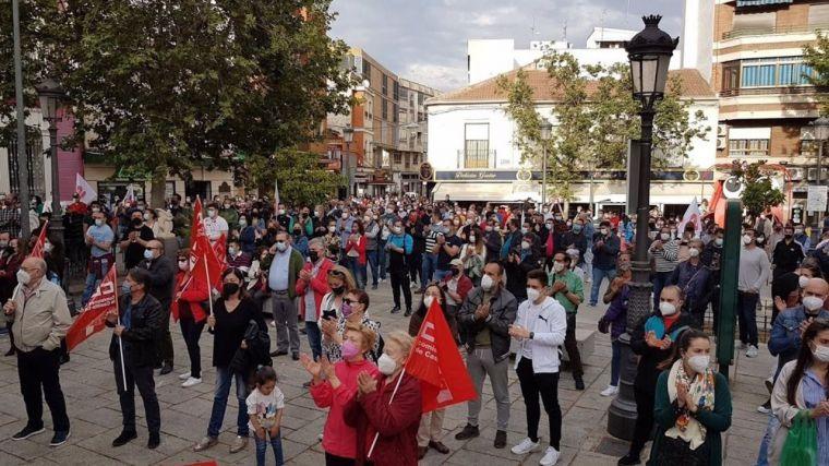Medio millar de personas arropan a los trabajadores de Repsol Puertollano, que anuncian manifestación y piden unidad