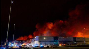 Decenas de bomberos continúan trabajando en el fuego de las naves de Seseña, ya perimetrado