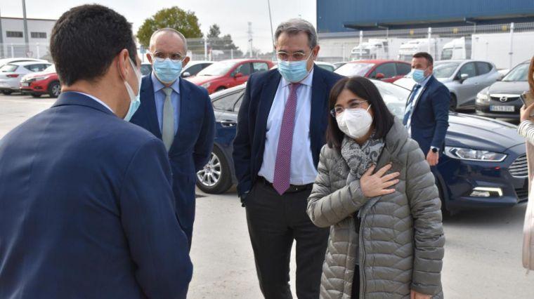 El consejero de Sanidad recepciona junto a la ministra Darias parte de las 127.000 vacunas de Pfizer que CLM recibirá esta semana