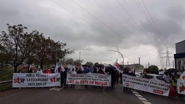 Unos 300 trabajadores de Repsol Petróleo Puertollano cortan la carretera de acceso a la refinería en rechazo al ERTE