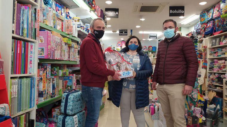 La Asociación de Libreros de Cuenca entrega los premios a los ganadores de los sorteos del día del libro