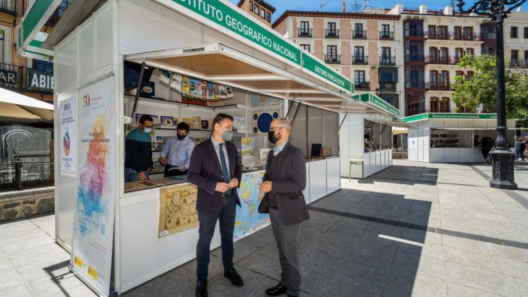 El delegado del Gobierno visita la caseta del Instituto Geográfico en la Feria del Libro de Toledo