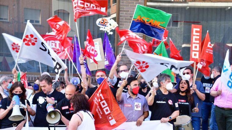 Más de 500 trabajadores de CLM se concentran en Toledo contra el ERE que pretende ejecutar Caixabank