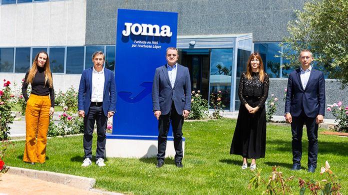 El presidente del Consejo Superior de Deportes, visita las instalaciones de Joma, que vestirá al Comité Olímpico Español en Tokio