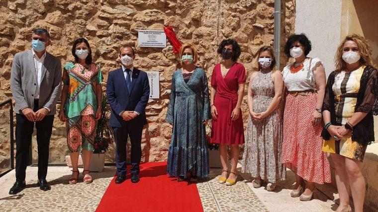 Bellido inaugura en San Clemente el nuevo espacio expositivo Adolfo Suárez y su primera muestra, un homenaje de mujeres artistas a Luisa de Medrano