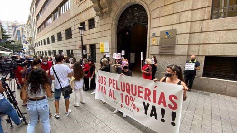 Las peluquerías se movilizan en España para exigir el IVA reducido tras el veto del PSOE