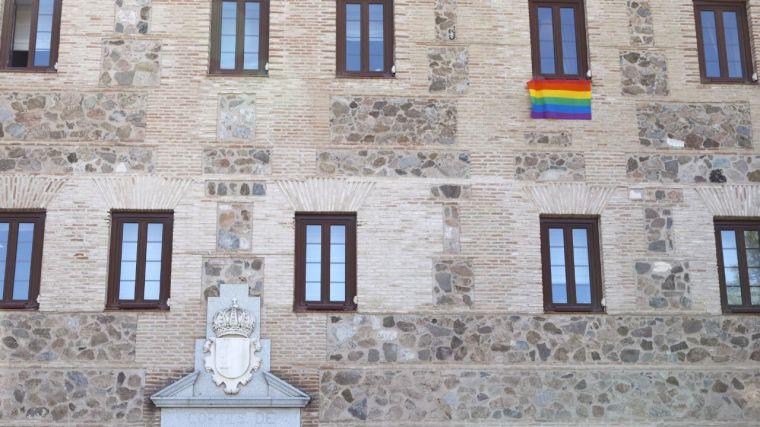 La bandera LGTBI adorna la fachada de las Cortes en el Día Internacional del Orgullo