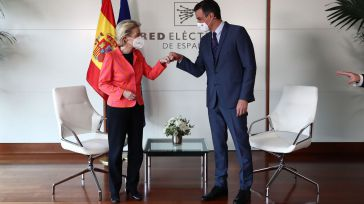 Pedro Sánchez, saluda a la presidenta de la Comisión Europea, Ursula von der Leyen.