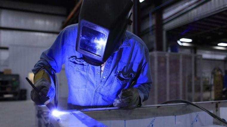 La covid afecta al tejido industrial de CLM, que es el único que disminuye su tamaño y, sin embargo, es el que más crece en trabajadores