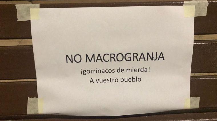 Pozuelo y Argamasón amanecen empapelados con No a la Macrogranja