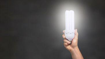 El precio de la luz baja de los 100 euros el MWh tras alcanzar cifras de récord el viernes