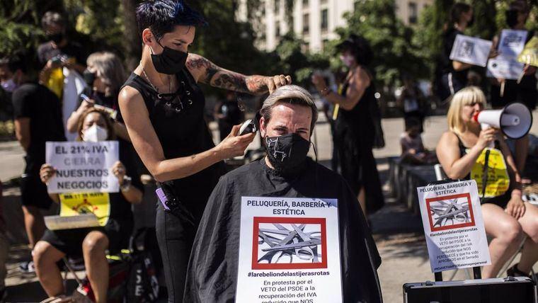 Las peluquerías realizan envío masivo de cartas a Sánchez, reclamando la bajada del IVA en la imagen personal