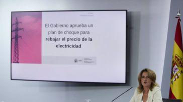 El Gobierno promete una rebaja de la factura de la luz del 30% mensual hasta final de año y las nucleares amenazan con paralizar las centrales