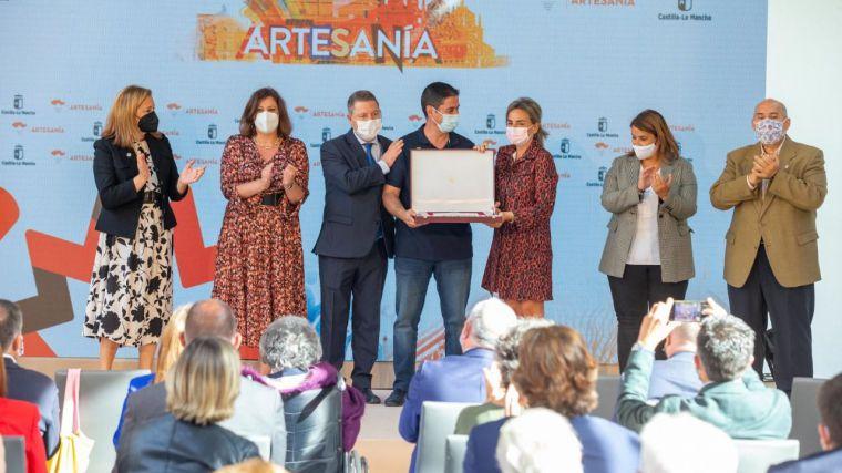 El criptanense Vicente Casero recibe la placa al mérito artesano de FARCAMA como único maestro dedicado a la carpintería molinera