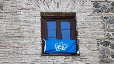La bandera de la ONU ondea en la fachada de las Cortes de Castilla-La Mancha