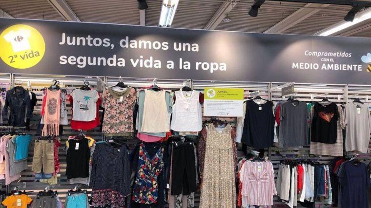 Carrefour prueba a vender ropa de segunda mano en sus tiendas