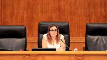 La vicepresidenta de las Cortes mantiene a los asistentes que le corresponden por su cargo, pero renuncia a usar el coche oficial
