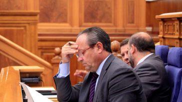 El gobierno regional se viste de negro contra la UCLM y su presidente se abre hueco en la lista a las europeas