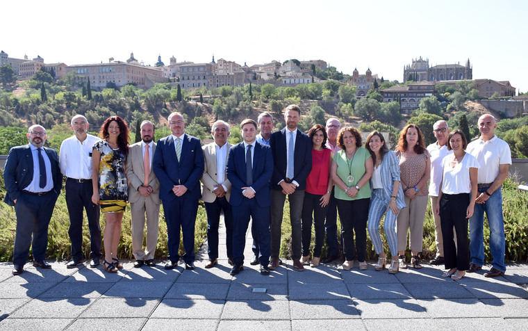 El consejero de Fomento, Nacho Hernando, junto a los miembros de la Comisión regional de Ordenación del Territorio y Urbanismo.