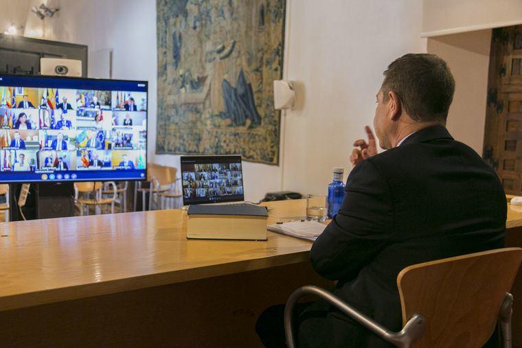 Emiliano García-Page participa en la videoconferencia de presidentes autonómicos convocada por el presidente del Gobierno el pasado 15 de marzo.